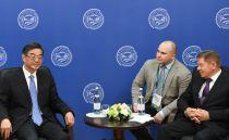 Председатель Верховного народного суда КНР Чжоу Цян (слева) и председатель Верховного Суда РФ Вячеслав Лебедев (справа) на совещании председателей верховных судов государств-членов ШОС (Шанхайской организации сотрудничества) в Сочи
