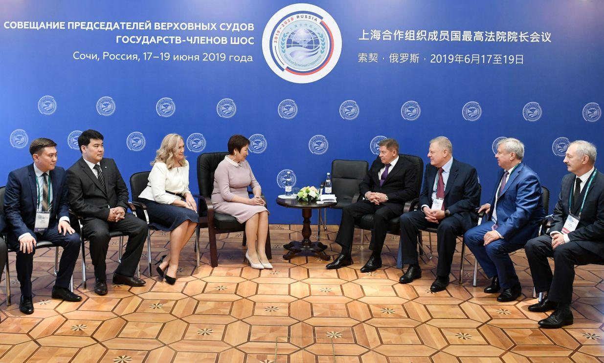 Председатель Верховного суда Киргизии Гульбара Калиева (четвертая слева) и председатель Верховного Суда РФ Вячеслав Лебедев (четвертый справа) на совещании председателей верховных судов государств-членов ШОС (Шанхайской организации сотрудничества) в Сочи