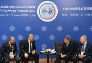 Председатель Верховного суда Таджикистана Шермухаммад Шохиён (второй слева) и председатель Верховного Суда РФ Вячеслав Лебедев (второй справа) на совещании председателей верховных судов государств-членов ШОС (Шанхайской организации сотрудничества) в Сочи