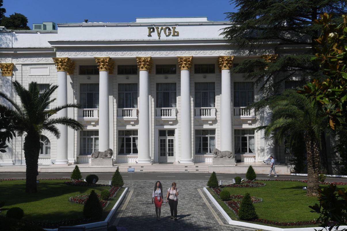 Здание гостиницы Русь в Сочи, где пройдет совещание председателей верховных судов государств-членов ШОС (Шанхайской организации сотрудничества)